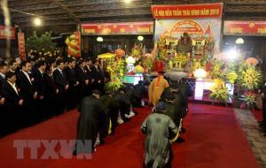 Lãnh đạo tỉnh Thái Bình và đông đảo quần chúng nhân dân làm lễ bái yết tại Khu di tích Quốc gia đặc biệt Đền thờ và lăng mộ các vị vua Trần.