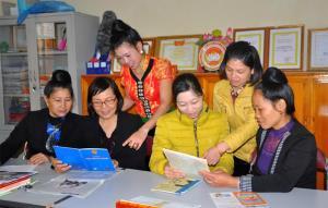 Phụ nữ thị xã Nghĩa Lộ tìm hiểu kiến thức bình đẳng giới.