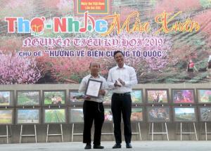Đồng chí Dương Văn Tiến - Phó Chủ tịch UBND tỉnh, trao giải cho các tác giả có tác phẩm thơ xuất sắc đạt giải Nhì cuộc thi Thơ trên Tạp chí Văn nghệ Yên Bái 2018.