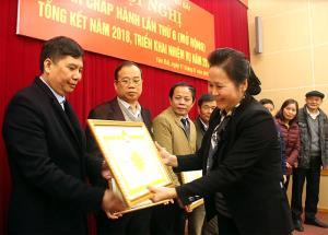 Thừa ủy quyền, đồng chí Ngô Thị Chinh - Chủ tịch Hội Khuyến học tỉnh trao bằng khen của Ban Chấp hành Trung ương Hội Khuyến học Việt Nam cho các tập thể đạt thành tích trong hoạt động khuyến học năm 2018.
