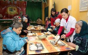 Một bữa cơm chiều ấm áp nghĩa tình tại Trung tâm Nuôi dưỡng Bảo trợ xã hội tỉnh Hải Dương.
