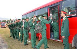 Đợt này, 100% thanh niên nhập ngũ của huyện Văn Chấn đều viết đơn tình nguyện.