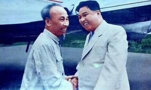 Chủ tịch Hồ Chí Minh (trái) và Thủ tướng Kim Nhật Thành tại Bình Nhưỡng năm 1957.