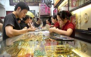 Giao dịch tại cửa hàng vàng Bảo Tín - Minh Châu trên phố Trần Nhân Tông - Hà Nội.