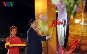 Ông Nguyễn Mạnh Hiển, Bí thư tỉnh ủy Hải Dương đánh trống khai hội mùa Xuân Côn Sơn - Kiếp Bạc 2019.