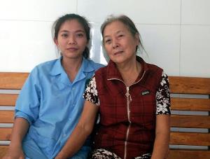 Bà Đặng Thị Dần và hộ lý Nguyễn Thị Mai.