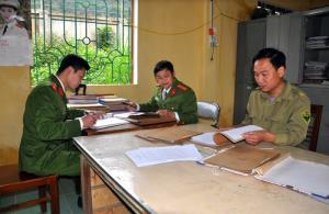 Lực lượng chức năng rà soát đối tượng nghiện ma túy trên địa bàn xã Phúc Sơn.