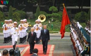 Tổng Bí thư, Chủ tịch nước Nguyễn Phú Trọng cùng Tổng thống Argentina Mauricio Macri duyệt đội danh dự Quân đội Nhân dân Việt Nam.