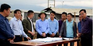 Chủ tịch UBND tỉnh Đỗ Đức Duy kiểm tra thi công tiến độ công trình Sân vận động thị xã Nghĩa Lộ.