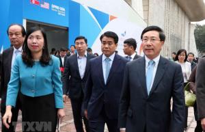 Bà Lê Thị Thu Hằng (áo xanh) cùng Phó Thủ tướng, Bộ trưởng Bộ Ngoại giao Phạm Bình Minh và các đại biểu dự Lễ khai trương Trung tâm Báo chí quốc tế phục vụ Hội nghị Thượng đỉnh Mỹ-Triều Tiên lần thứ hai.