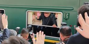 Lãnh đạo Triều Tiên Kim Jong-un (giữa) trên chuyến tàu trở về Bình Nhưỡng sau chuyến thăm Bắc Kinh năm 2018.