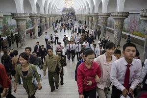 Người dân Triều Tiên tại một ga tàu điện ngầm ở Bình Nhưỡng ngày 9/10/2015.