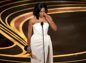 Diễn viên Regina King xúc động khi giành giải Oscar ở hạng mục Nữ diễn viên phụ xuất sắc.