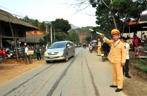 Lực lượng cảnh sát giao thông huyện Lục Yên hướng dẫn, phân luồng giao thông tại các tuyến đường dẫn vào khu vực tổ chức lễ hội.
