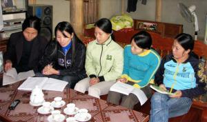 Cán bộ phụ nữ xã Đại Phác, huyện Văn Yên vận động hội viên tích cực tham gia xây dựng nông thôn mới.