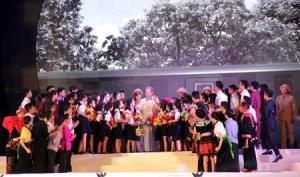 Hoạt cảnh Bác Hồ thăm Yên Bái được tái hiện sinh động tại Lễ kỷ niệm 60 năm Người lên thăm và nói chuyện với nhân dân các dân tộc tỉnh Yên Bái tổ chức năm 2018. Ảnh Thu Trang