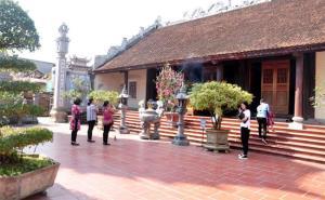 Du khách thập phương đến tham quan và chiêm bái tại chùa Tùng Lâm Ngọc Am.