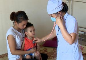 Các bác sĩ khoa Nhi, Bệnh viện Sản - Nhi Yên Bái khám, theo dõi chặt chẽ các diễn biến của bệnh nhi điều trị tại khoa. (Ảnh: Đức Toàn)