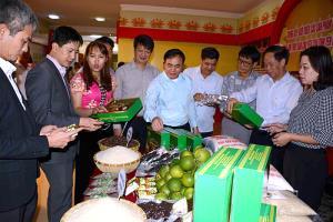 Các đại biểu tham quan gian hàng sản phẩm nông nghiệp của tỉnh Yên Bái.