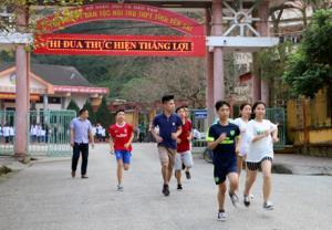 Lịch tập luyện của các em được chia thành buổi sáng từ lúc 6h và buổi chiều từ 16h30 phút.