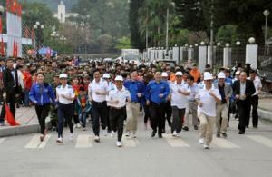 Các đồng chí lãnh đạo tỉnh Yên Bái tham gia ngày chạy Olympic tại Quảng trường 19/8.