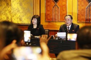 Bộ trưởng Bộ Ngoại giao Triều Tiên Ri Yong Ho (phải) chủ trì họp báo về Hội nghị Thượng đỉnh Mỹ - Triều Tiên lần thứ hai.