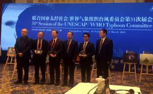Đại diện Việt Nam (thứ hai bên phải) nhận Giải nhất Cuộc thi ảnh.