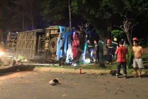 Hiện trường vụ xe khách bị lật khiến hơn 20 hành khách mắc kẹt.