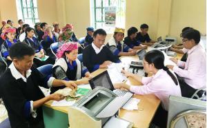 Một buổi giải ngân cho vay hộ nghèo của NHCSXH huyện Mù Cang Chải.