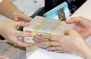 Từ 1/4 tới, việc thu nộp phí và lệ phí hải quan cũng không được sử dụng tiền mặt, và phải thu, nộp qua tổ chức tín dụng. (Ảnh minh họa)