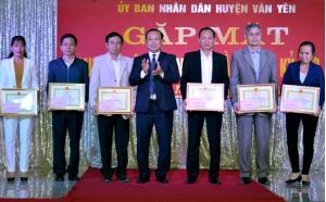Lãnh đạo UBND huyện Văn Yên tặng giấy khen cho các doanh nghiệp, hợp tác xã, hộ kinh doanh cá thể tiêu biểu trong sản xuất kinh doanh năm 2018.