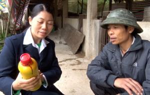 Cán bộ thú y hướng dẫn các hộ chăn nuôi cách sử dụng thuốc phun khử trùng tiêu độc.