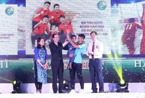 Cầu thủ Hà Đức Chinh đại diện nhận giải Fair Play 2018.
