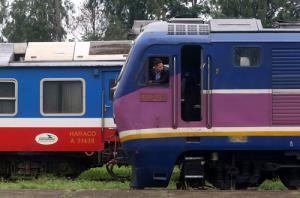 Mỗi ngày tại ga Yên Viên có hai chuyến tàu khách đi Lào Cai.