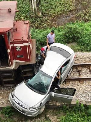 Chiếc ô tô bị tàu hỏa đâm bẹp