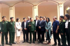 Thiếu tướng Trịnh Văn Quyết – Bí thư Đảng ủy, Chính ủy Quân khu 2 trao đổi với các đại biểu bên lề Hội nghị.