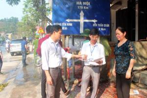 Cán bộ phường Yên Ninh, thành phố Yên Bái nắm bắt tâm tư, nguyện  vọng của người dân khi triển khai sáp nhập. (Ảnh: Thanh Nghị)