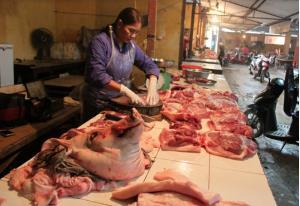 Các quầy thịt lợn tại chợ Đồng Tâm vắng khách và một số quầy thịt đã tạm nghỉ.