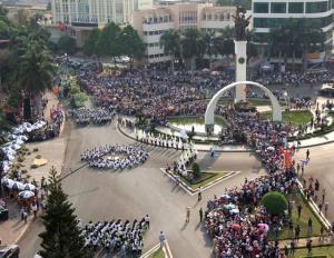 Hàng nghìn người dân và du khách đổ về trung tâm TP Buôn Mê Thuột để xem trình diễn Lễ hội đường phố.