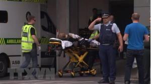 Chuyển nạn nhân bị thương trong vụ xả súng tại Christchurch tới bệnh viện ngày 15/3/2019.