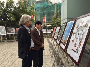 Các đại biểu tham quan triển lãm.