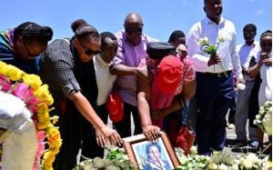 Người thân đặt hoa tưởng niệm những nạn nhân xấu số trong vụ rơi máy bay Ethiopia.