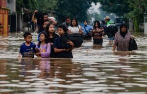 Sơ tán người dân khỏi khu vực ngập lụt sau mưa lớn tại làng Dayeuhkolot ở Bandung, Tây Java, Indonesia.