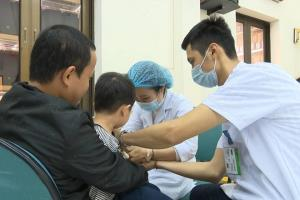 Những ngày qua đã có hàng nghìn gia đình ở huyện Thuận Thành (Bắc Ninh) đưa con lên Hà Nội xét nghiệm sán lợn.
