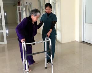 Cán bộ Trung tâm Công tác xã hội và Bảo trợ xã hội tỉnh hướng dẫn tập phục hồi chức năng cho người cao tuổi.