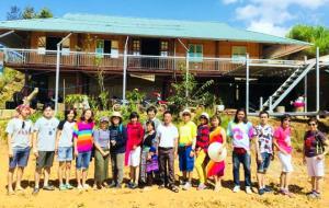 Du khách chụp ảnh lưu niệm tại xã La Pán Tẩn, huyện Mù Cang Chải.