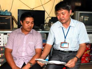 Cán bộ Chi cục Thuế huyện Lục Yên hướng dẫn người nộp thuế cách tính lệ phí môn bài.