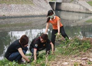 Thanh niên tham gia dọn rác dọn sông Tô Lịch.