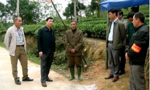Đồng chí Nguyễn Minh Tuấn - Ủy viên Ban thường vụ Tỉnh ủy, Trưởng ban Tuyên giáo Tỉnh ủy kiểm tra chốt kiểm dịch tạm thời tại xã Yên Bình.