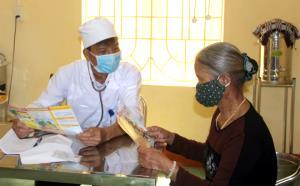 Trạm trưởng Trạm Y tế xã Việt Thành Nguyễn Mạnh Tú tuyên truyền cho người dân cách nhận biết bệnh lao.